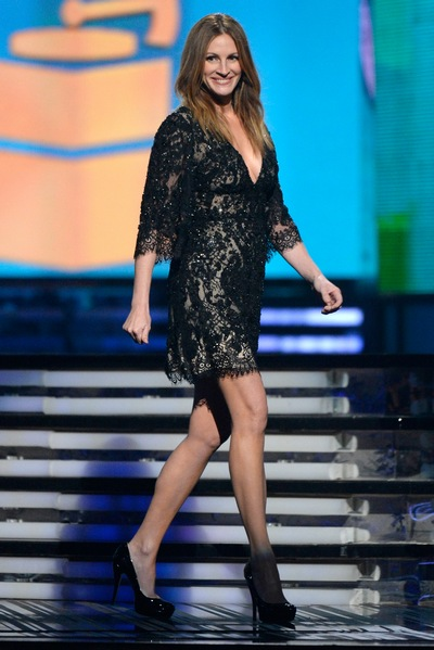4e7a8fe2b42e001d julia-roberts-black-lace-mini-dress-grammys-2014-sized